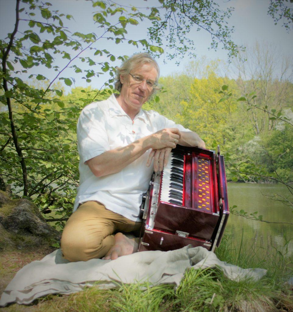 Jürgen Wade mit Harmonium